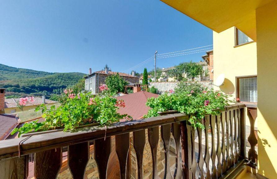 Изглед от малката тераса на Апартамента