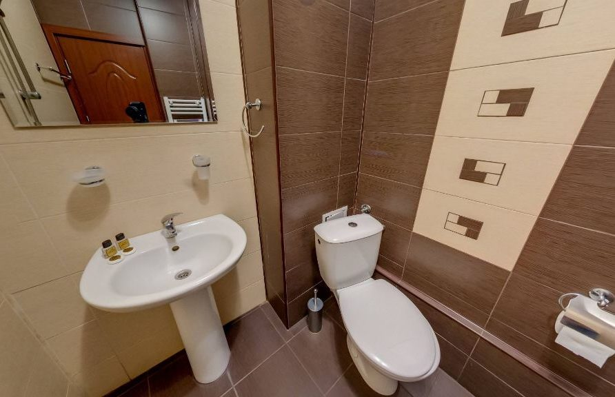 Талетна с душ към тройна стая